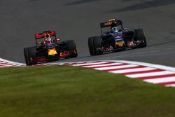 Temporada 2016 F1-chinese-gp-2016-daniel-ricciardo-red-bull-racing-rb12-and-carlos-sainz-jr-scuderia-toro