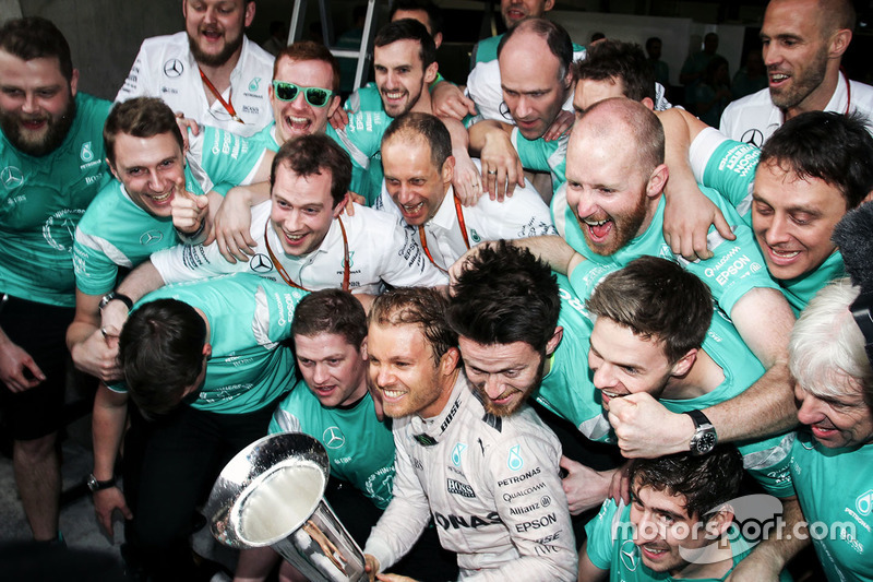Winner Nico Rosberg, Mercedes AMG F1 Team celebrates with the team