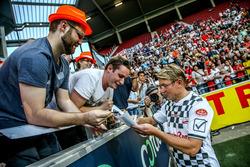 Mika Hakkinen, signing autographs