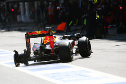 Temporada 2016 F1-spanish-gp-2016-daniel-ricciardo-red-bull-racing-rb12-pits-late-in-the-race-with-a-punc