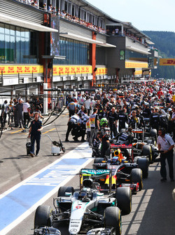 Temporada 2016 F1-belgian-gp-2016-nico-rosberg-mercedes-amg-f1-w07-hybrid-in-the-pits-as-the-race-is-stop