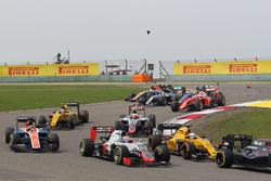 Romain Grosjean, Haas F1 Team VF-16 at the start of the race as Lewis Hamilton (GBR) Mercedes AMG F1 W07 and Kimi Raikkonen, Ferrari SF16-H race with broken front wings
