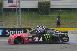 Race winner Kurt Busch, Stewart-Haas Racing Chevrolet
