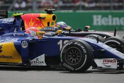 Felipe Nasr, Sauber C35 and Daniel Ricciardo, Red Bull Racing RB12 battle for position