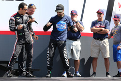 Helio Castroneves, Team Penske Chevrolet, James Hinchcliffe, Schmidt Peterson Motorsports Honda