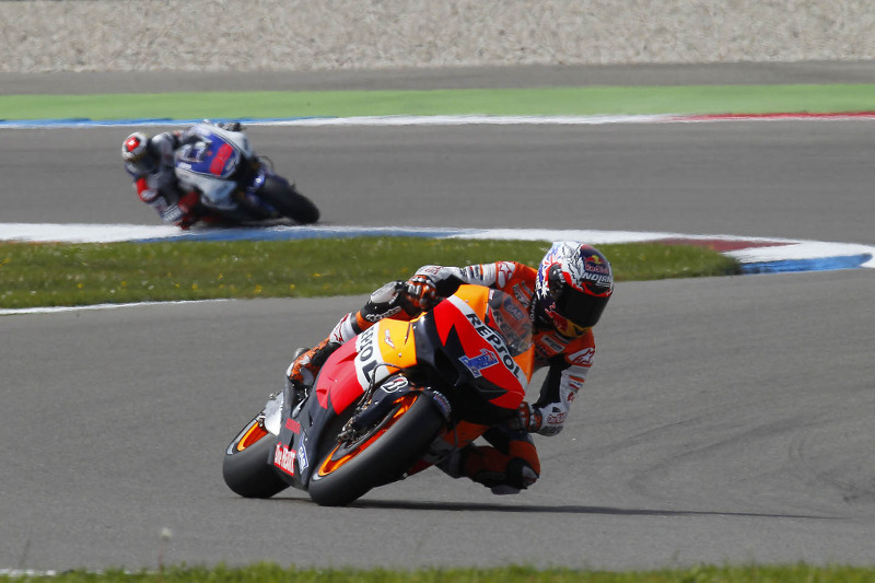 Stoner snatches last minute pole at Assen