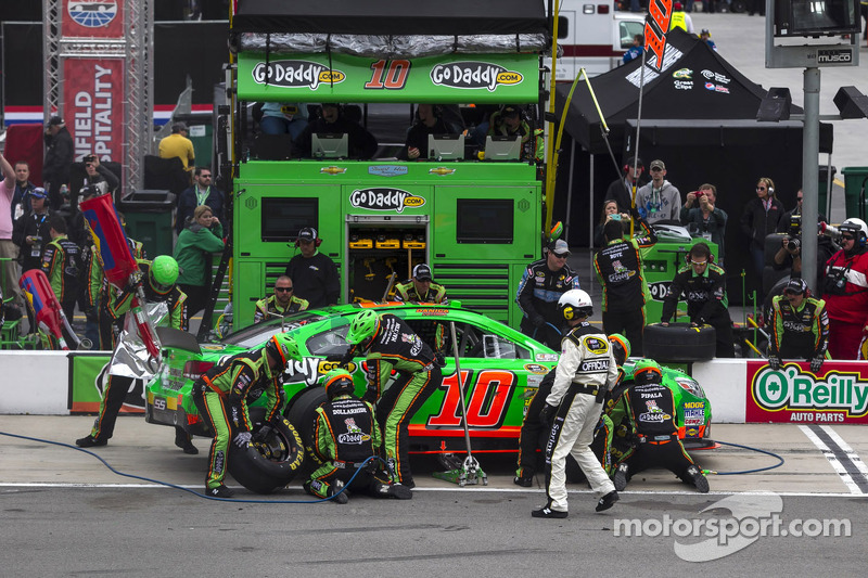Danica Patrick survives Bristol, finishes 28th