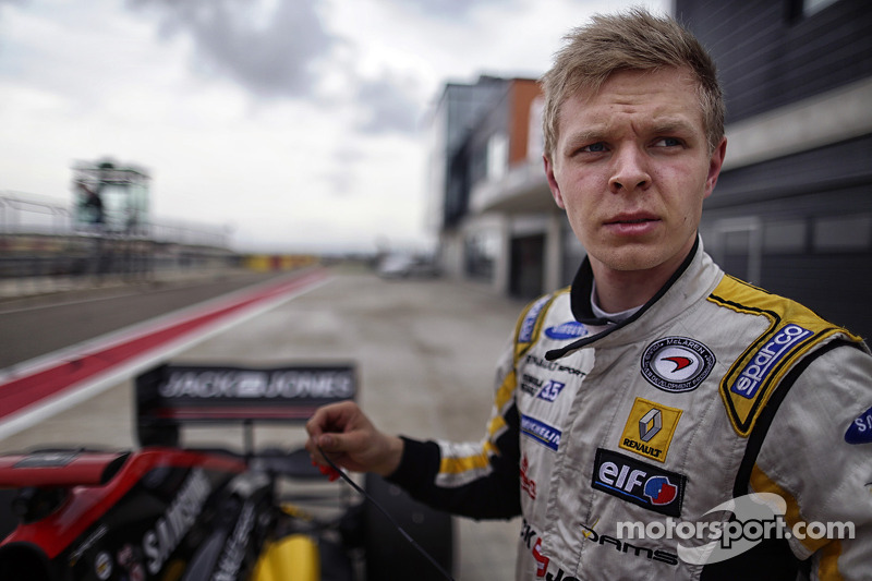 Magnussen reigns in Spain