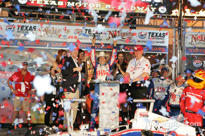 Castroneves wins at Texas to take series point lead