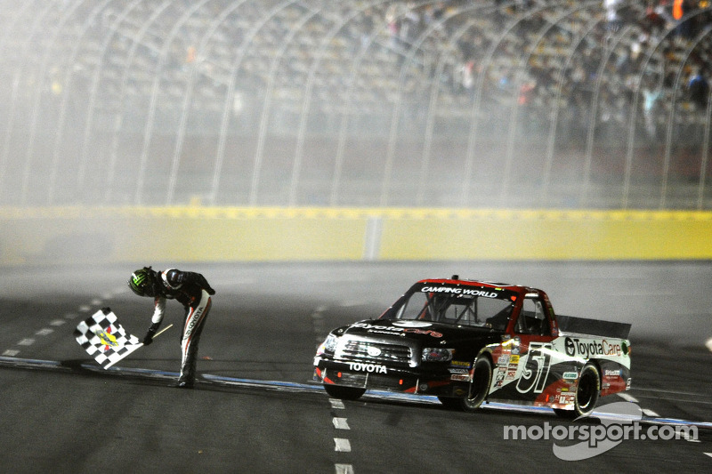 Kyle Busch overcomes problems to win at Bristol