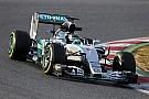 Mercedes domina en la FP1