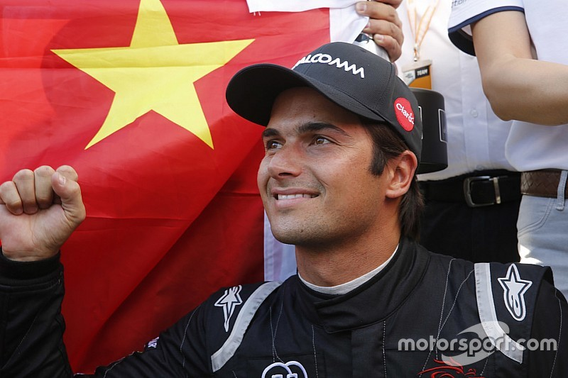 Nelson Piquet Jr. firma extensión en Fórmula E