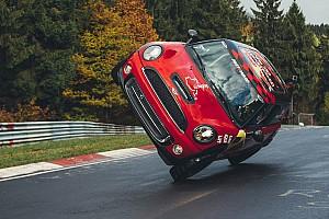 Automotive News Weltrekord: Stuntfahrer umrundet die komplette Nordschleife auf 2 Rädern