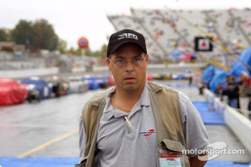 Motorsport.com's elegant photographer wearing his elegant Motorsport.com shirt