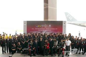 Alex Yoong, Mark Webber, Paul Stoddart an the whole team presenting the new Minardi Asiatech PS02