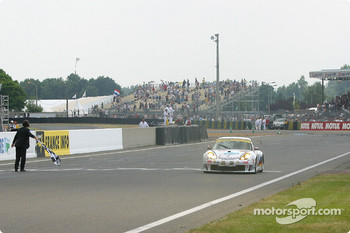 #84 T2M Motorsport Porsche 911 GT3: Vanina Ickx, Patrick Bourdais, Roland Berville takes the checkered flag