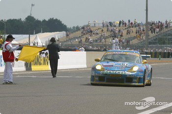 #81 The Racers Group Porsche 911 GT3: Kevin Buckler, Timo Bernhard, Jorg Bergmeister takes the checkered flag