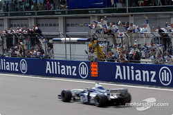 Juan Pablo Montoya cheered by Williams-BMW team members