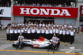 Family picture for Takuma Sato, Jenson Button and the BAR-Honda team
