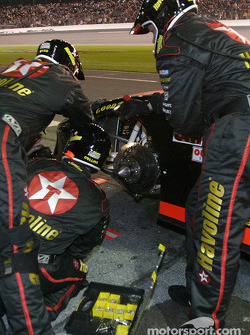Texaco/Havoline crew work on the car