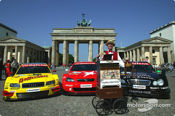 DTM vs football event in Berlin: DTM cars in front of Brandenburg gate