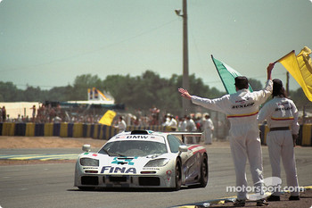 #39 Bigazzi Team McLaren F1 GTR: Nelson Piquet, Johnny Cecotto, Danny Sullivan at finish line