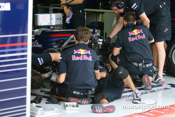 Sebastian Vettel, Red Bull Racing having work done to his brakes