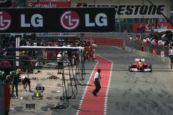 Felipe Massa, Scuderia Ferrari back to the pits after the first lap