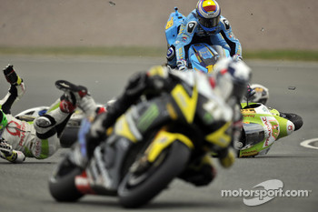 Randy De Puniet, LCR Honda MotoGP, Aleix Espargaro, Pramac Racing Team, Alvaro Bautista, Rizla Suzuki MotoGP crash
