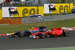 Sebastian Vettel, Red Bull Racing and Fernando Alonso, Scuderia Ferrari at the start of the race