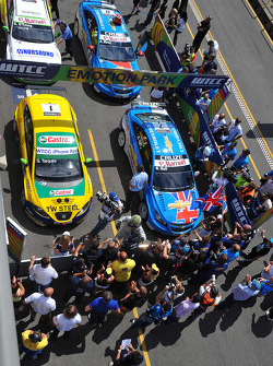 Parc Ferme: Robert Huff Chevrolet, Chevrolet Cruze LT, Gabriele Tarquini SR-Sport Seat Leon 2.0 TDI, Alain Menu Chevrolet, Chevrolet Cruze LT and Darryl O'Young bamboo-engineering Chevrolet Lacetti