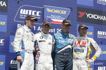 Podium: 2nd Colin Turkington eBay Motors BMW 320si, 1st Andy Priaulx BMW Team RBM BMW 320si, 3rd Alain Menu Chevrolet, Chevrolet Cruze LT, Winner Independents Trophy Darryl O'Young bamboo-engineering Chevrolet Lacetti