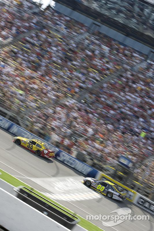 Clint Bowyer, Richard Childress Racing Chevrolet, David Reutimann, Michael Waltrip Racing Toyota