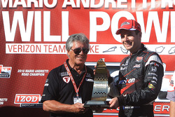Podium: race winner Will Power, Team Penske receives the winning trophy from Mario Andretti