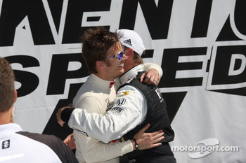 Pole winner Ed Carpenter, Panther Racing/Vision celebrates with Dan Wheldon, Panther Racing