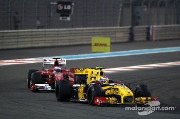 Vitaly Petrov, Renault F1 Team leads Fernando Alonso, Scuderia Ferrari