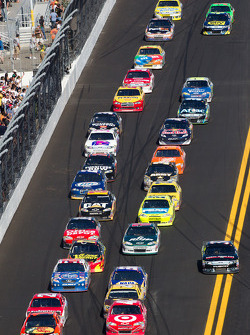 Restart: Jamie McMurray, Earnhardt Ganassi Racing Chevrolet and Juan Pablo Montoya, Earnhardt Ganassi Racing Chevrolet lead the field