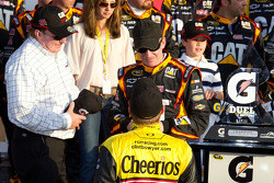 Victory lane: race winner Jeff Burton, Richard Childress Racing Chevrolet celebrates with Richard Childress and Clint Bowyer, Richard Childress Racing Chevrolet