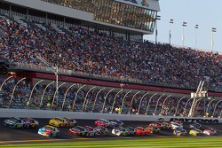 Restart: Carl Edwards, Roush Fenway Racing Ford and Kyle Busch, Joe Gibbs Racing Toyota lead the field