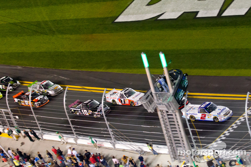 Restart: Elliott Sadler, Kevin Harvick Inc. Chevrolet leads the field