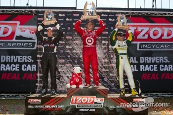 Podium: race winner Dario Franchitti, Target Chip Ganassi Racing, second place Will Power, Team Penske, third place Tony Kanaan, KV Racing Technology-Lotus