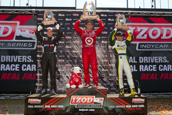 Podium: race winner Dario Franchitti, Target Chip Ganassi Racing, second place Will Power, Team Penske, third place Tony Kanaan, KV Racing Technology-Lotus