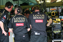 The Renault team look at Nick Heidfeld, Lotus Renault GP brakes after a brake failure