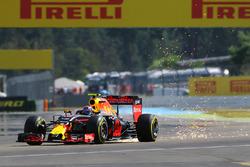 Max Verstappen, Red Bull Racing RB12, mit Funkenflug