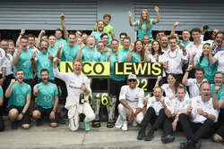 Race winner Nico Rosberg, Mercedes AMG F1 and Lewis Hamilton, Mercedes AMG F1 Team celebrates with team