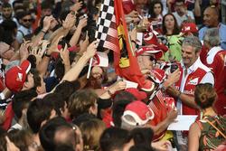 Maurizio Arrivabene, Ferrari-Teamchef, mit Fans