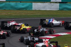 Oliver Rowland, MP Motorsport leads Gustav Malja, Rapax, Mitch Evans, Pertamina Campos Racing and Nobuharu Matsushita, ART Grand Prix