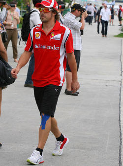 Fernando Alonso, Scuderia Ferrari with his left leg strapped up