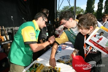 Autograph session: Alex Tagliani