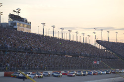 Start: Kasey Kahne, Red Bull Racing Team Toyota and Ryan Newman, Stewart-Haas Racing Chevrolet lead the field